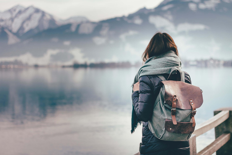 Frau steht alleine am See