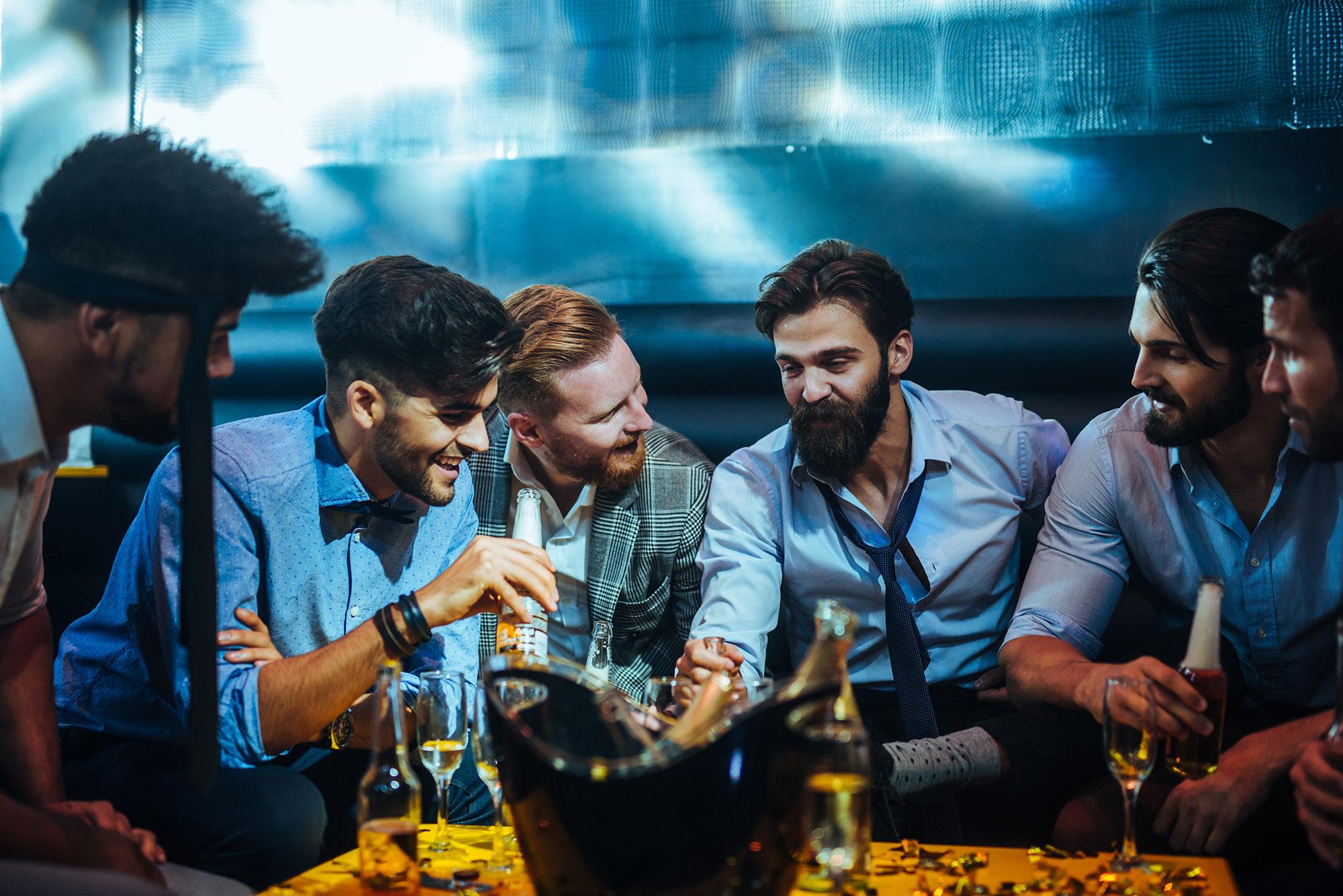 Manner trinken zusammen in einen bar