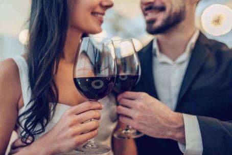 Paar stosst beim ersten Date zusammen an