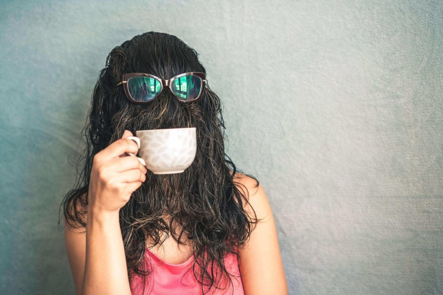 Friendzone versteckt Gesicht mit ihren Haaren
