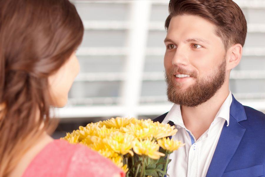Frau Blumen schenken
