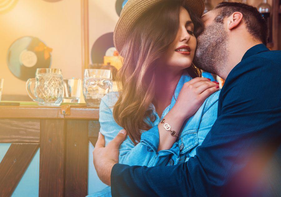 Mann küsst attraktive Frau