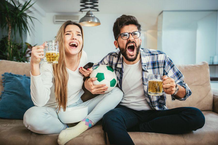 Freunde schauen Fussball